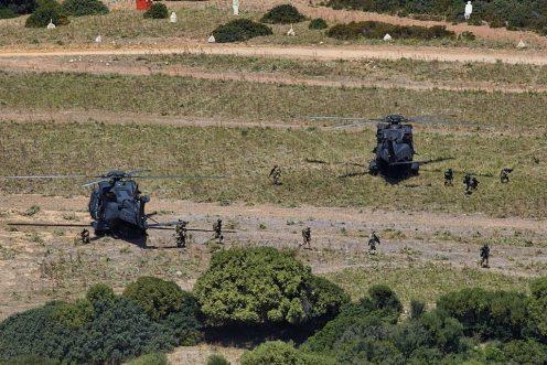 Foto-10-Un-momento-dello-sbarco-delle-unità-terrestri-dagli-elicotteri-UH-90