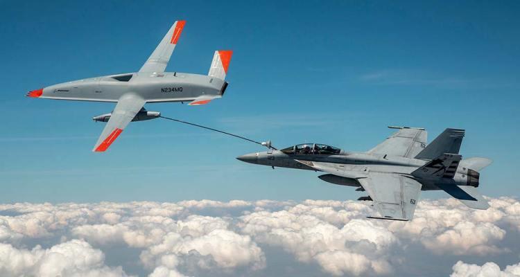 MQ-25 rifornisce un F-18 Hornet