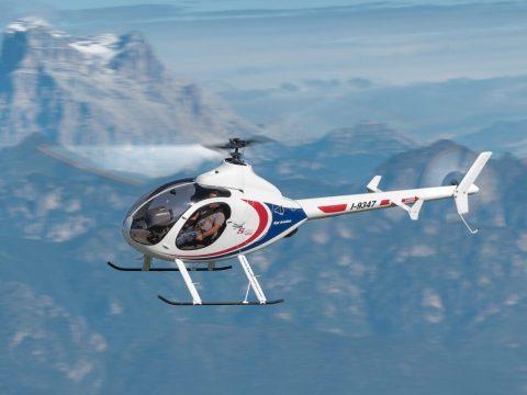 Il Syton Ah 130, ultraleggero a turbina, in volo sulle Alpi