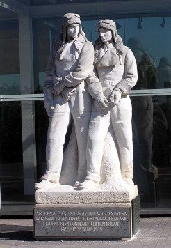 La statue commémorative à l'aéroport londonien