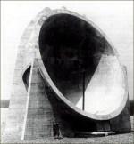 Parabole acoustique de Dungeness - 9,15 mètres de diamètre - L'abri situé sous le miroir était destiné à l'opérateur