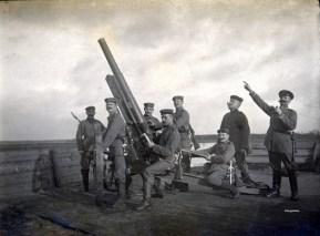 Artilleurs d'un 7.7 cm BAK (Ballon-Abwehr-Kanone)