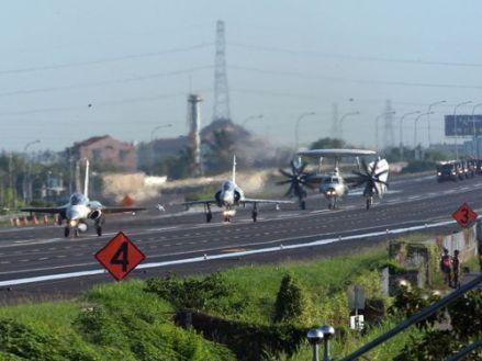 Taiwan-aircraft-freeway