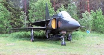 Saab J37 Viggen au bord de l'autoroute