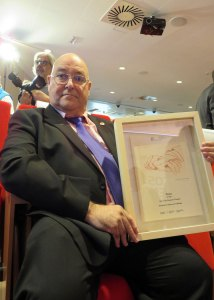 José Riquelme recoge premio del CGCOM a AVITE reconociendo lucha
