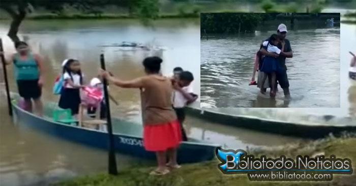 Niños de Veracruz cruzan río desbordado para ir a clases