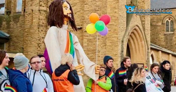 ¡BLASFEMIA! activistas londinenses hacen muñeco de Jesús con banda homosexual