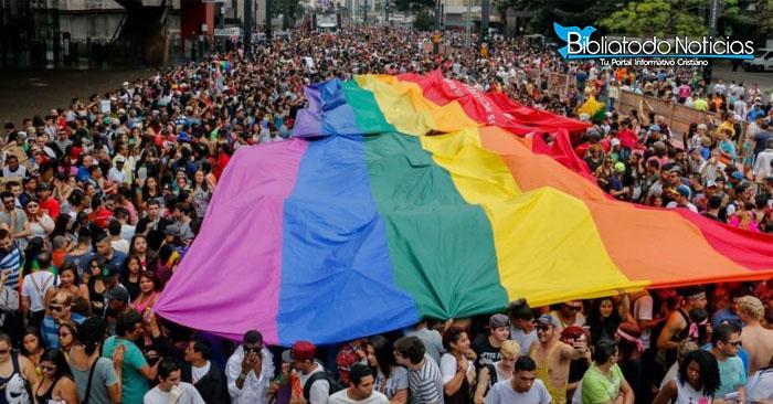 """""""La religión no es ley"""" Homosexuales marchan en contra de Cristianos"""