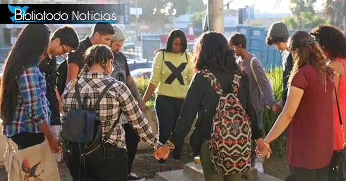 Luego de ser menospreciados por su fe, a estudiantes les permiten orar en público