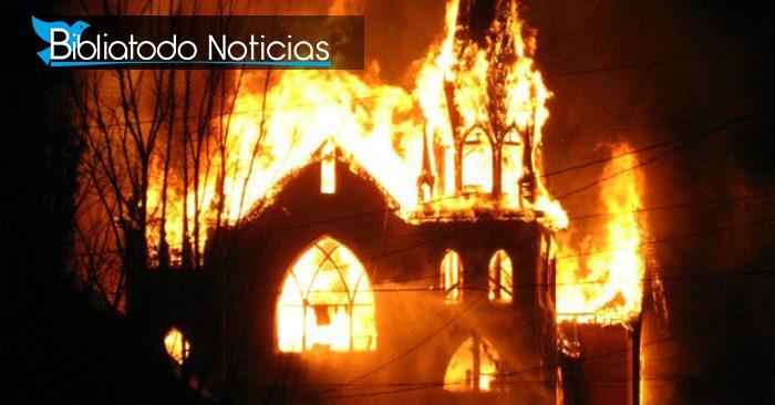 Mujer escribe 'Las vidas son de Satanás' en la puerta de dos iglesias mientras las incendia