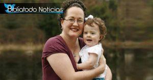 Sarah libre de cáncer en compañía de su hija