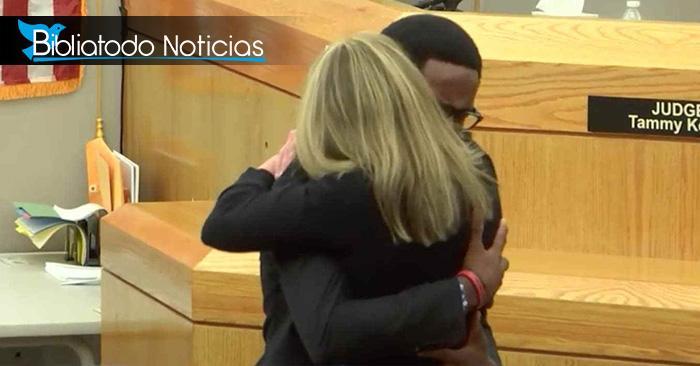 El emotivo abrazo de Brandt Jean y Amber Guyger (ex oficial de policía), al perdonarla por asesinar a su hermano