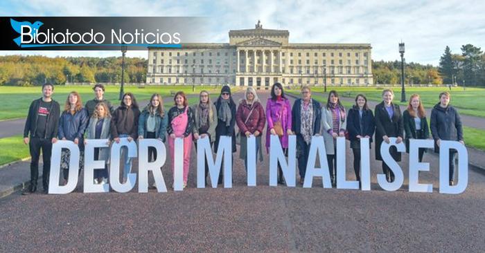 Activistas celebrando la despenalización del aborto y del matrimonio igualitario en el Edificio del parlamento en Belfast, Irlanda del Norte