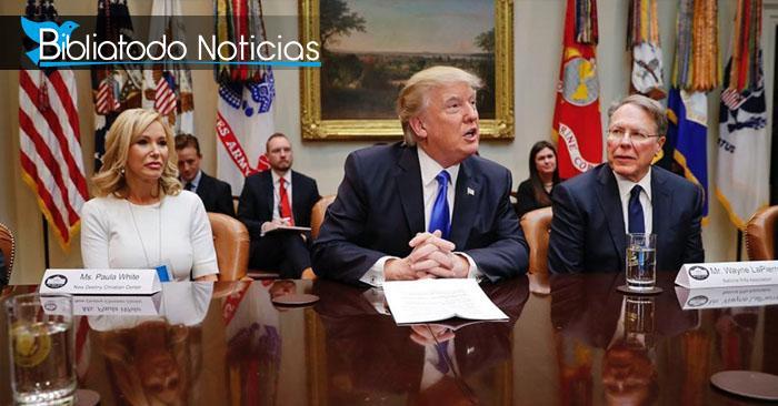 Foto del Presidente Donald Trump (centro) junto a la pastora y televangelista Paula White (izquierda)