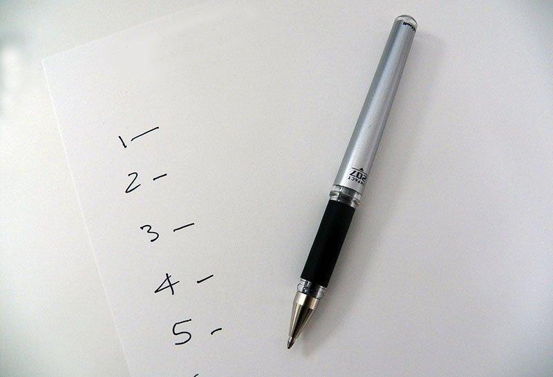 Lista scritta a penna su foglio bianco - AV Milano