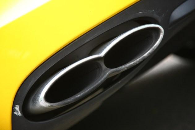 Izpušna cev: pokazatelj, kakšen motor je v avtomobilu. Takšna označuje V8. Za W12 je ovalna.