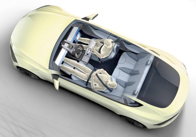 Rinspeed je v svojem konceptu avtonomnega avta XchangE, zasnovanega na Tesli S, predvidel premični 'drive by wire' volanski obroč, ki ga je moč potisniti na levo ali na desno stran avta, ko ga pa ne potrebujete pa ga pustite na sredini in odspite 'kitico ali dve'.