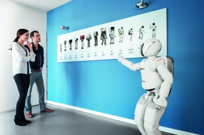 Razvoj: od prvega stroja za učenje hoje leta 1986 do današnjega humanoidnega robota.