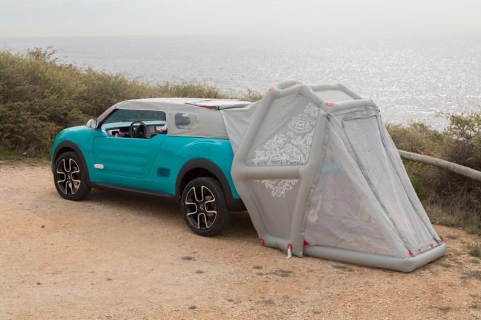 Na konceptu je mehka streha nameščena ročno, a jo je potrebno napihniti, da ostane na karoseriji. Če jo zasučemo na zadek avtomobila, se spremeni v šotor. V takšni obliki nastane z zlaganjem zadnjih naslonjala dvojna postelja!
