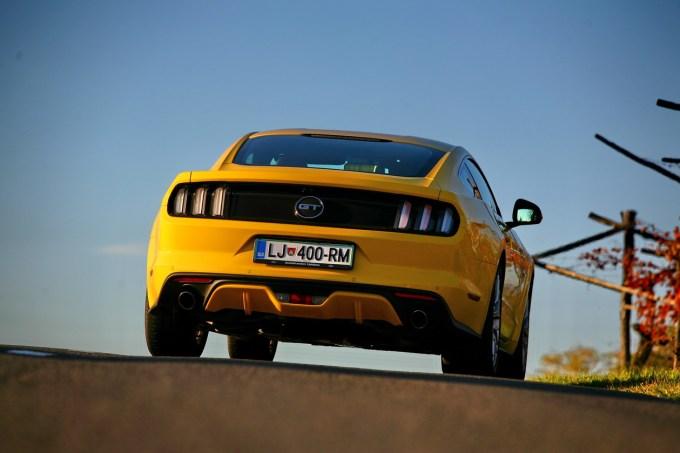 Zadaj, spredaj ali s strani, vedno privlačen, čeprav je čistokrvni Američan: Ford Mustang Fastback 5.0 V8.