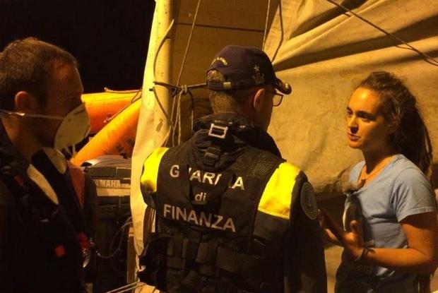 Nella notte di sabato alla capitana della nave, Carola Rackete, 31 anni, è stato notificato da parte della Guardia di finanza il decreto sicurezza bis entrato in vigore il 15 giugno. (Sea Watch ' Twitter )