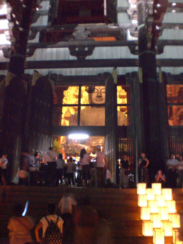Seeing the Buddha from outside Todaiji