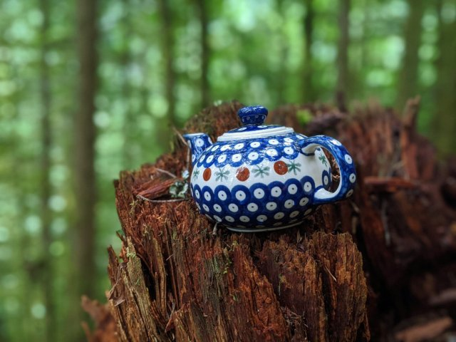 Teapot - blue and spotty on a stump