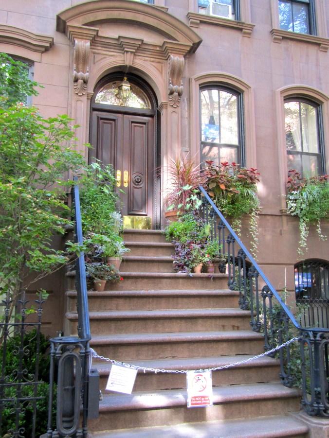 carrie-bradshaws-apartment-nyc.jpg