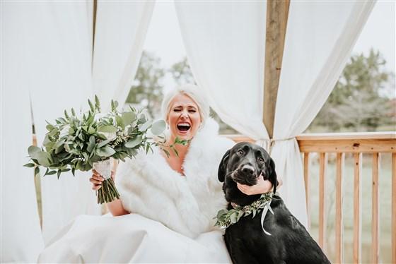 Noiva sorridente ao ver seu cachorrinho Zeke
