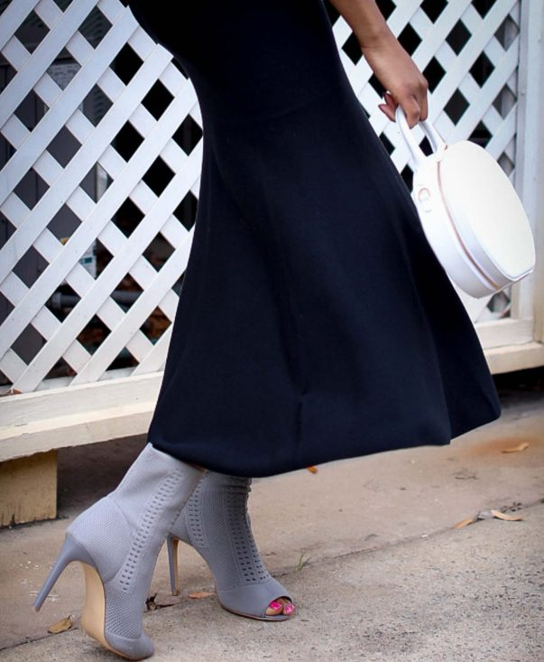 H&M pink chunky sweater worn with a black midi skirt by Atlanta style blogger and white circle bag by mansur-11