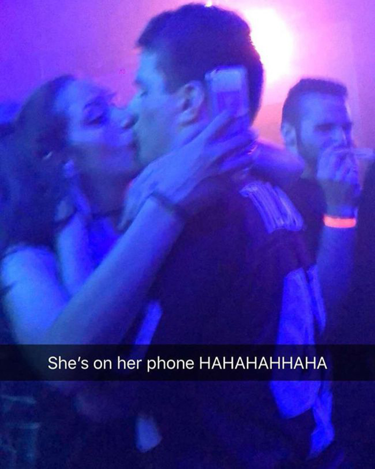 kissing-while-texting-embarrassing-fails