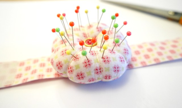 how to make a wrist pincushion tutorial