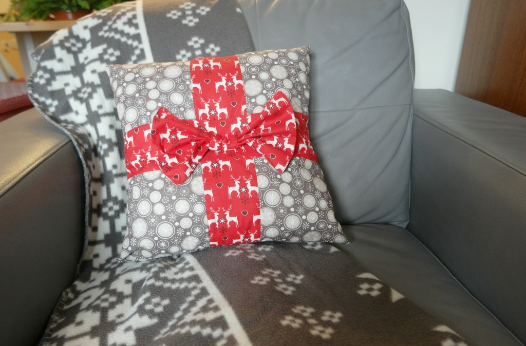 how to sew christmas cushion present tutorial diy reindeer christmas cushion tutorial