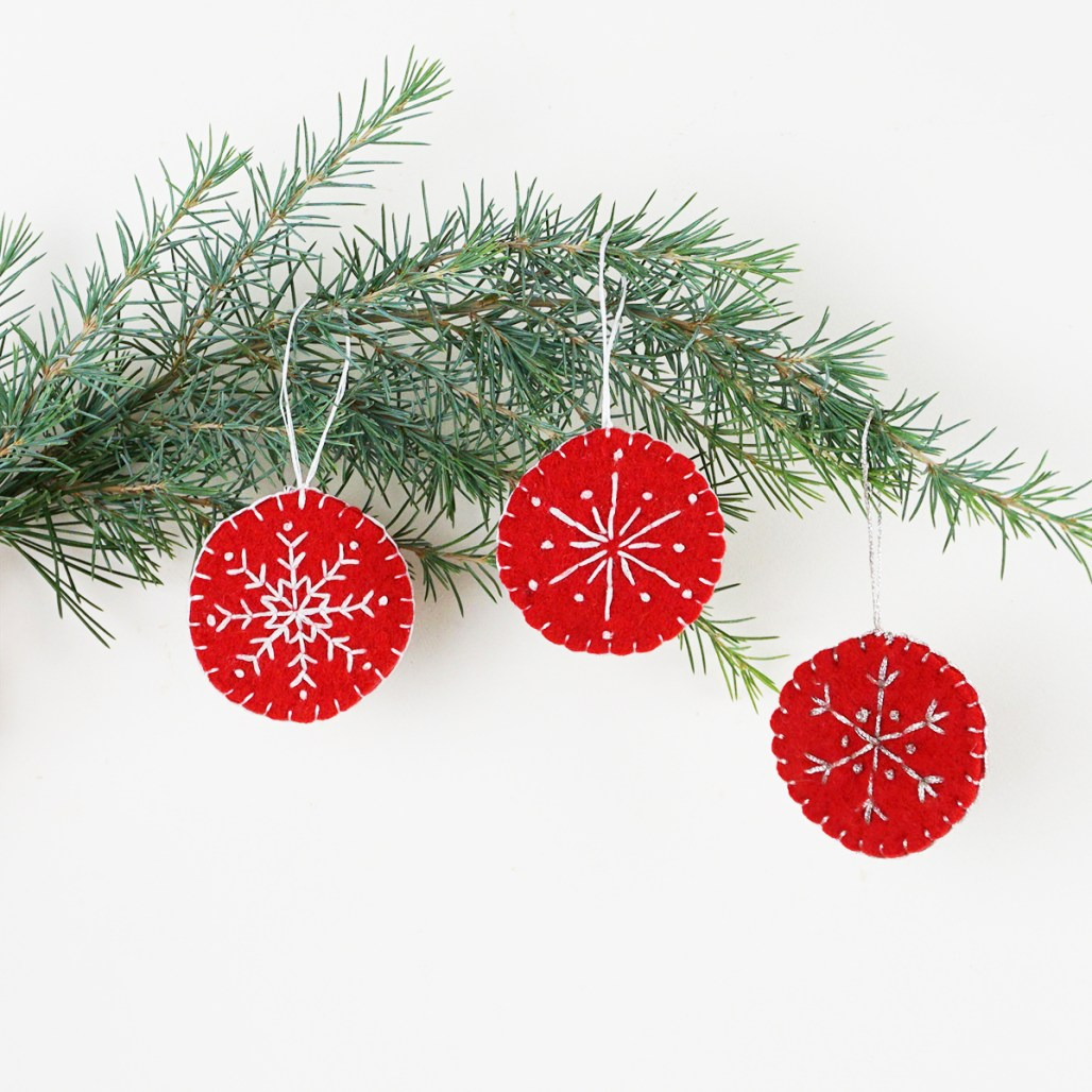 quick and easy christmas decorations to sew in under an hour