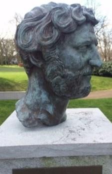 De bronzen kop van de Romeinse keizer Hadrianus die van de sokkel is verdwenen (foto:Parkvereniging Buitenplaats Hadriani).