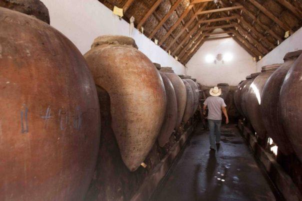 Botijas de vino y pisco. Bodega Zegarra e Hijos