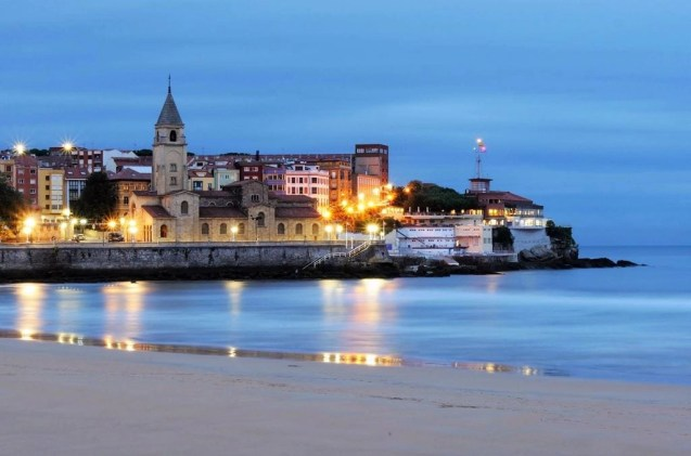 1. San Lorenzo beach at sunrise - Fun Things To Do In Gijon Rain or Shine - A World to Travel (1)