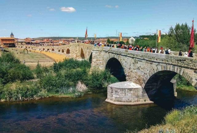 Fiesta en hospital de Orbigo - Etapa 1 - Astorga León - Camino a Santiago en bici desde León - A World to Travel