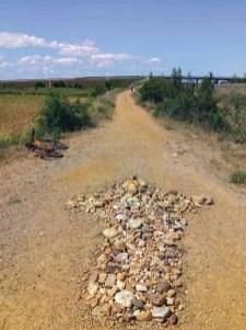 La flecha indica el camino ya cerca de Astorga - Etapa 1 - Astorga León - Camino a Santiago en bici desde León - A World to Travel