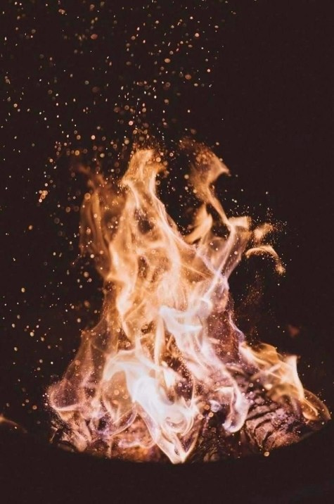 Close up picture of a fire at nightime