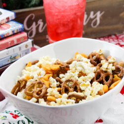 Share your favorite holiday movie with your teens and tweens. Here's a list of Christmas movies teens will actually watch with you, and our favorite snack pairing usingPepperidge Farm® Goldfish® crackers.