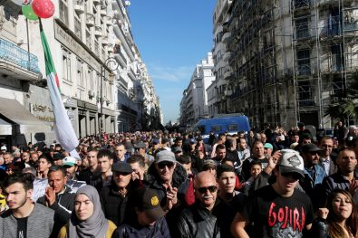 حشود المشيعون يرافقون الجنازة