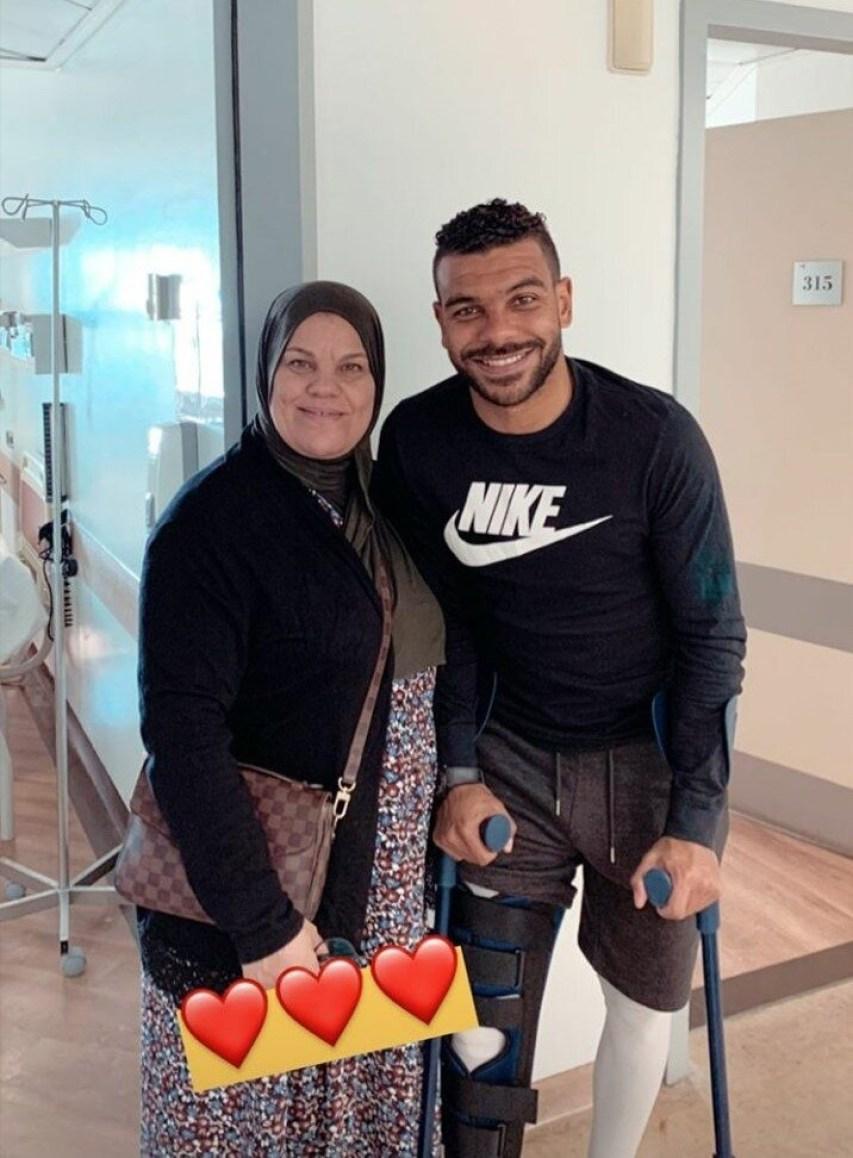 سوداني رفقة والدته بعض أجراء عملية جراحية ناجحة