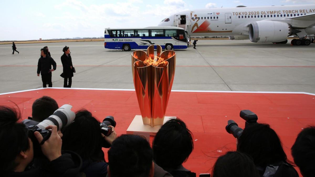 وصول الشعلة الأولمبية إلى اليابان في طائرة شبه خالية