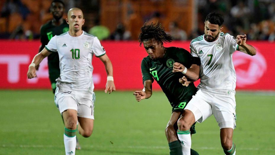 """اللاعب النيجيري """"أليكس إيوبي"""" يعود للحديث عن مُخالفة محرز"""
