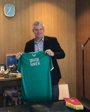 مختار أمين خليف سفير الجزائر بكرواتيا يُهدي دافور شوكر رئيس الإتحاد الكرواتي لكرة القدم قميصا للخضر كُتب عليه اسمه