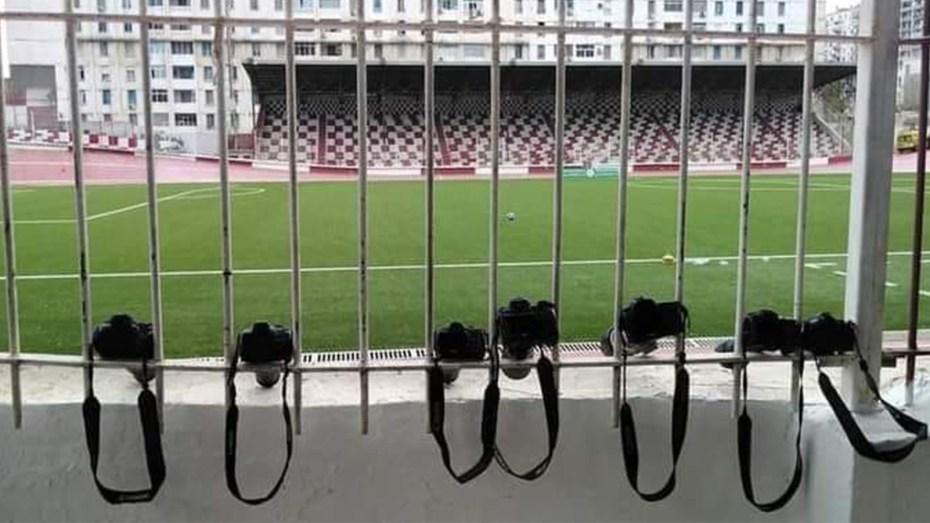 انطلاق البطولة الجزائرية يشهد موقفا مُثيرا للصحفيين في المباراة الأولى