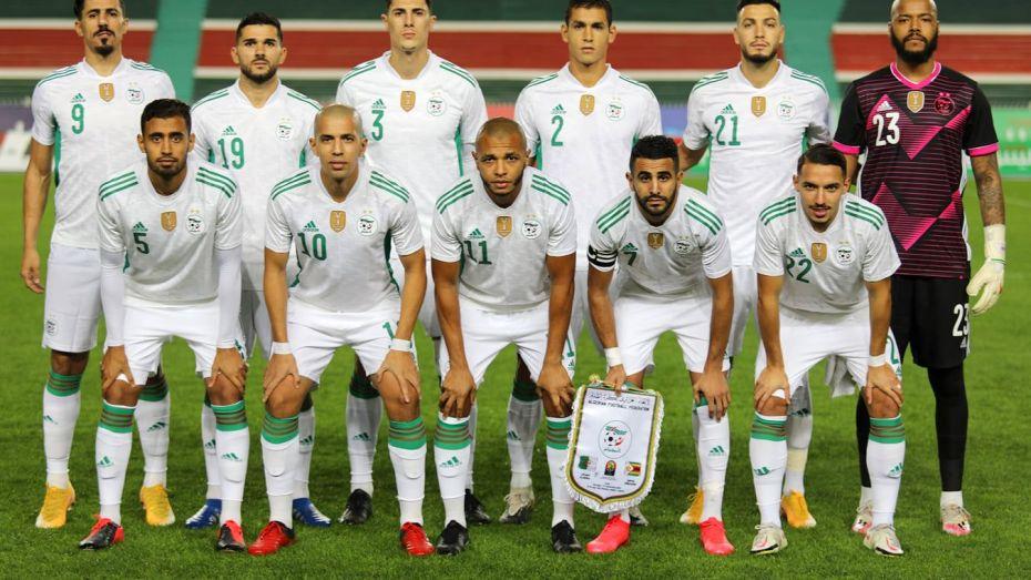 ليونيل ميسي في تحدٍ مع أحد لاعبي المنتخب الجزائري