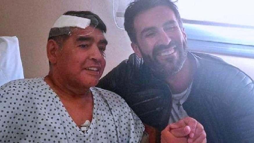 """آخر صورة ظهر فيها مارادونا يوم خروجه من العيادة التقطها طبيبه الشخصي """"ليوبولدو لوكي"""" الذي أشرف على العملية"""