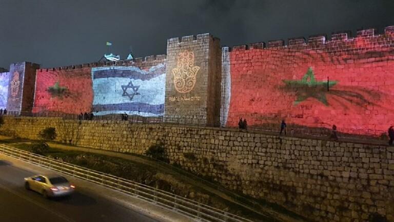 أعلام المغرب ودولة الاحتلال الإسرائيلي على أسوار البلدة القديمة للقدس